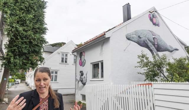 Guide Birgit Gautschi foran street art Learning to Fly i Flekkefjord