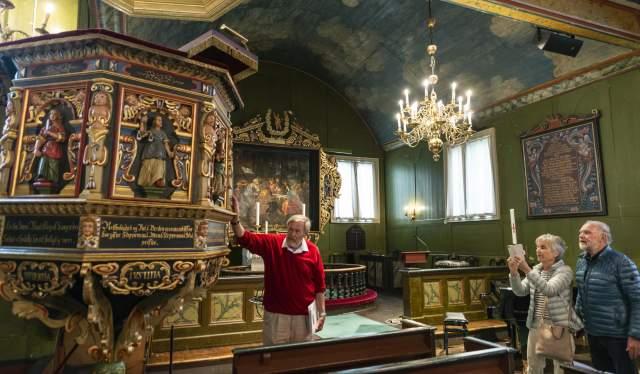 Guide Thomas Juell viser prekestolen i Risør kirke
