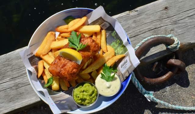 Hos Oss restaurant på bryggekanten i Lillesand serverer fish and chips