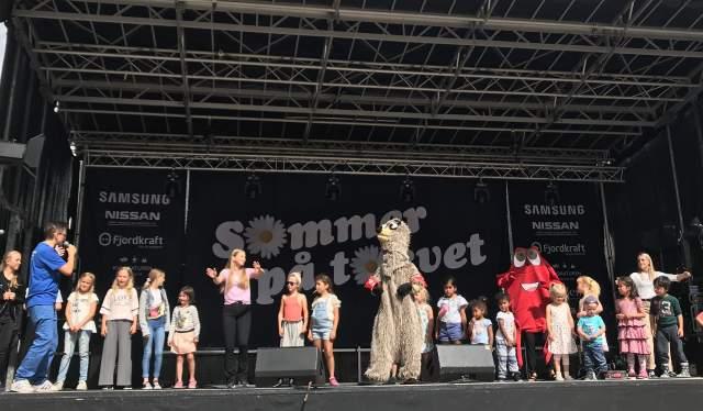 Barn på scenen på Barnas sommer på torvet