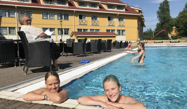 Barn i bassenget på Scandic Sørlandet