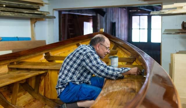 Moen Trebåtbyggeri i Risør - Bue David Andersen lakker sin nye båt