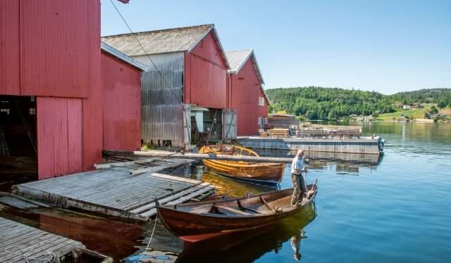 Moen Trebåtbyggeri i Risør - Lars Grønvold fortøyer en oselver -