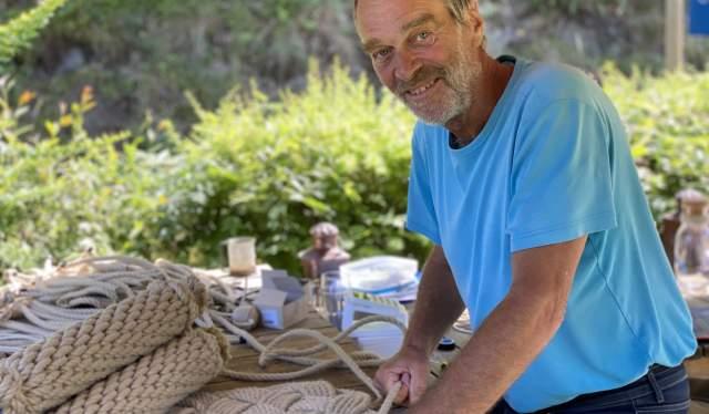 Ole Schøning driver med taubinding på Sandøya