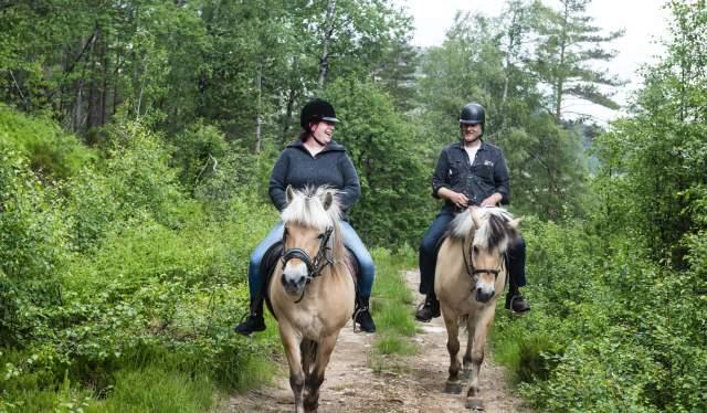 Christina Rasmussen og Reimert Liadal på ridetur - Eikerapen Gjestegard - Eikerapen i Åseral