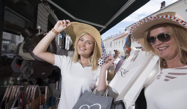 Women trying in hats in Risør