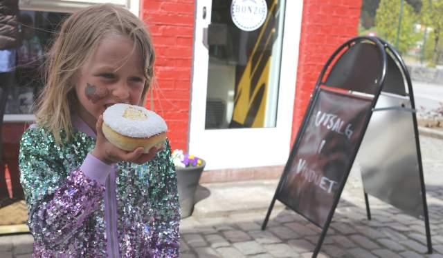 Sara Sommerfeldt synes skolebollene hos Bonzo bakeri er verdens beste.