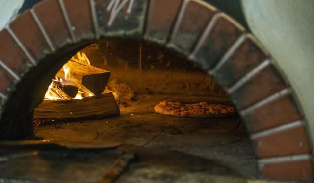 Steinovnsbakt pizza fra Tollboden Bakeri i Flekkefjord