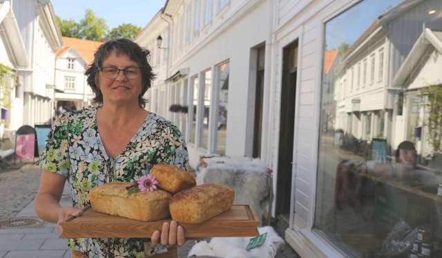 Trine Jenssen hos Real med det populære Bastebrødet sitt. Det er laget på mel, sjøvann og tang.