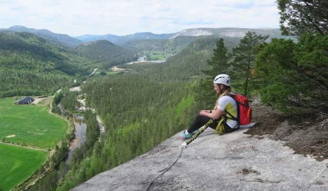 Leni Holen Berg nyter utsikten, Knaben Via Ferrata