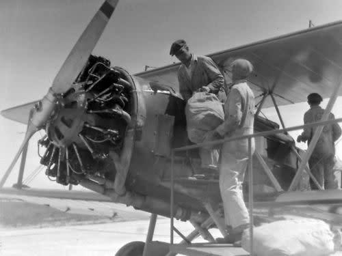 Men in 1926 loading a Boeing airmail plane in Cheyenne, Wyoming