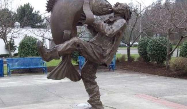 Big Catch Plaza Statue in Des Moines Washington
