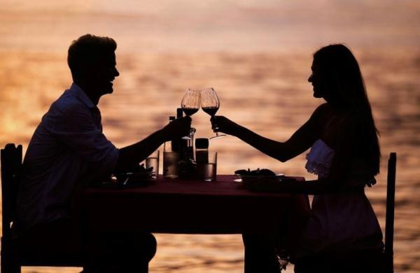 Couple Dining Oceanside at the Holiday Inn Virginia Beach