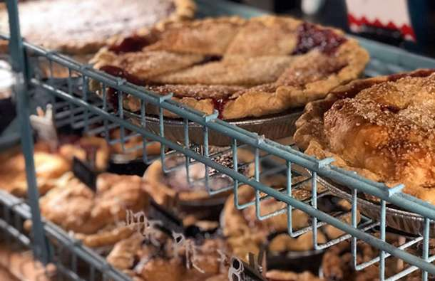 cheap-things-to-do-in-overland-park-pie-flight-upper-crust