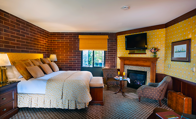 Embarcadero Deluxe room with bed and fireplace