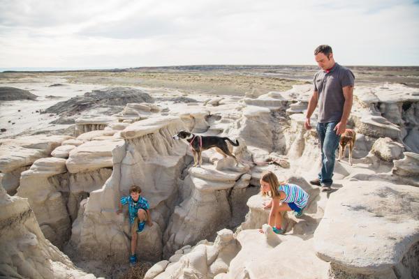 Family hiking Bisti/De-Na-Zin Wilderness Area