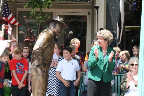 Clarksville dedicates Frank Sutton statue