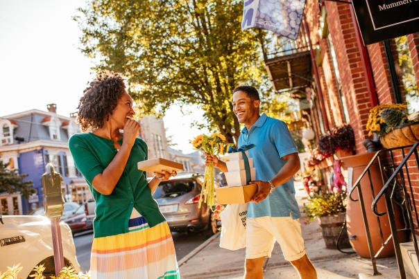 Couple shopping in Downtown Carlisle