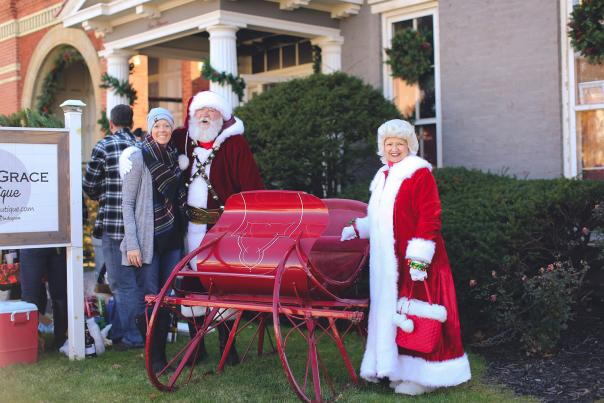 Holly Trolley Shopping - Mr. and Mrs. Claus