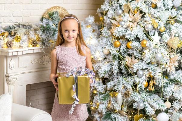 Child with Gift (Ruslan Gilmanshin from Pixabay)