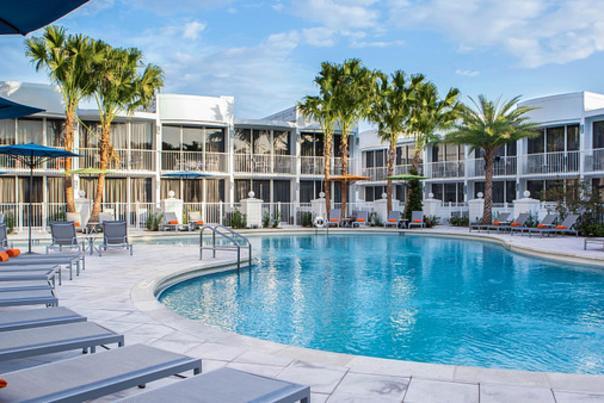 B Resort & Spa Orlando at Disney Springs™ pool