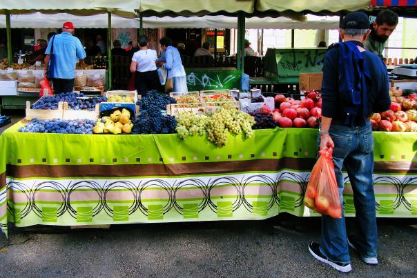 Man-purchasing-fresh-produce-at-local-farmers-market