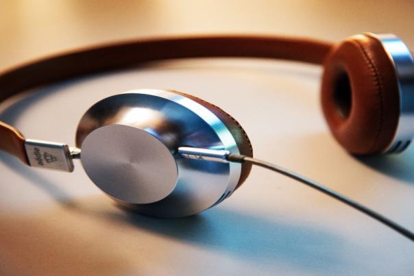 spotify-playlists-headphones-lee-campbell-GI6L2pkiZgQ-unsplash-1