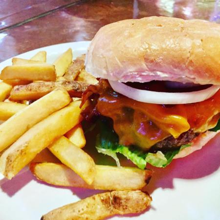 915 Pub & Grill burger