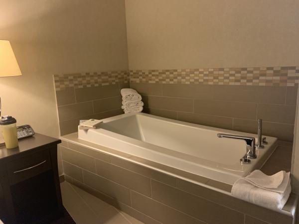 HI Downtown bathtub