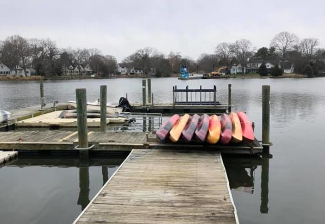 A floating dock with kayaks.