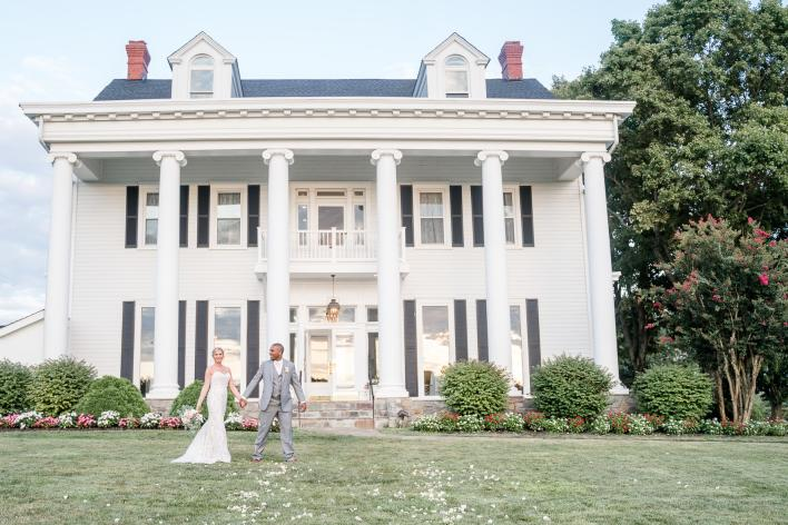 Wedding couple in front of Bristow Manor