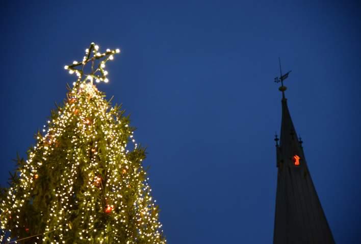 Pyntet juletre og kirkespiret Kristiansand Domkirke