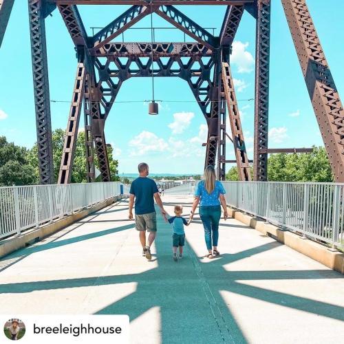 Family walks to Louisville across the Big Four Station Bridge. 📸:breeleighouse