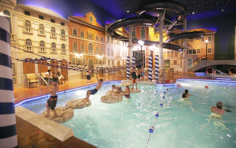 Kids playing at Venetian Waterpark at Holiday Inn & Suites in Minneapolis Northwest