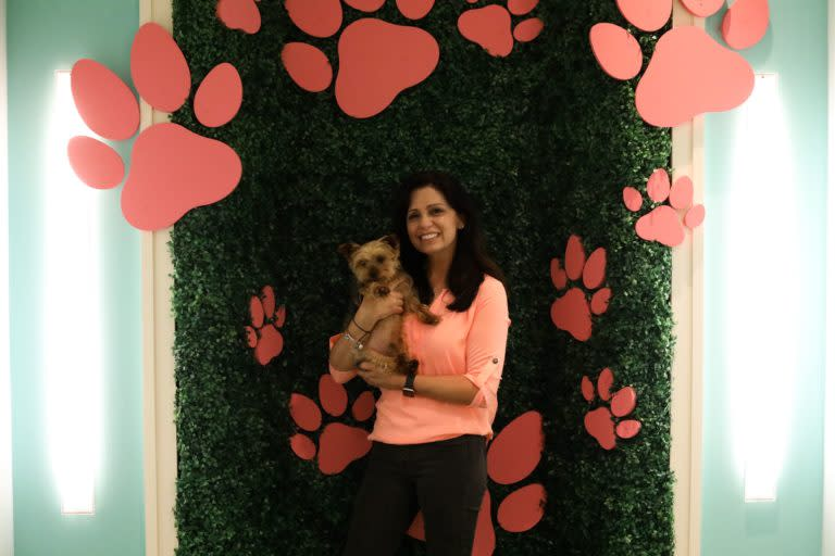 Kelly-Paws-at-the-Mall