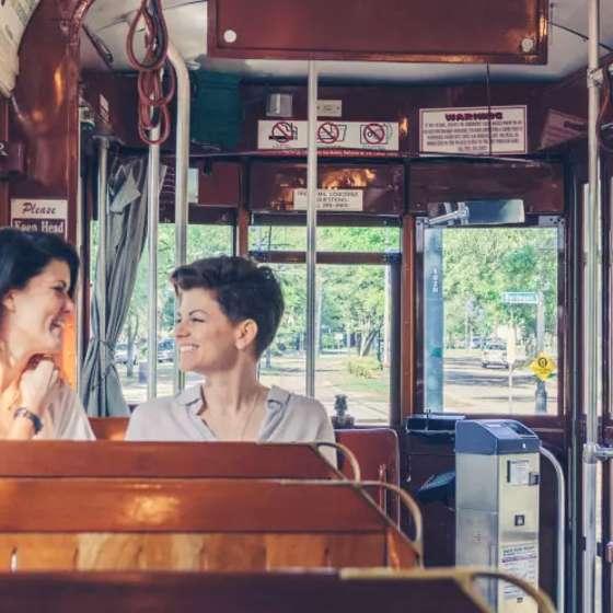 Pareja LGBT en un tranvía