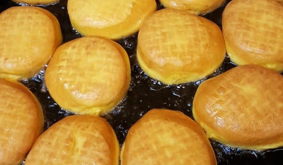 Becks Bakery - Paczki frying