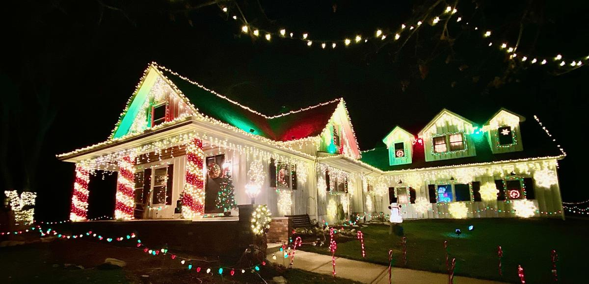 3115 W County Line Road - Christmas Light Display - South of Fort Wayne, Indiana