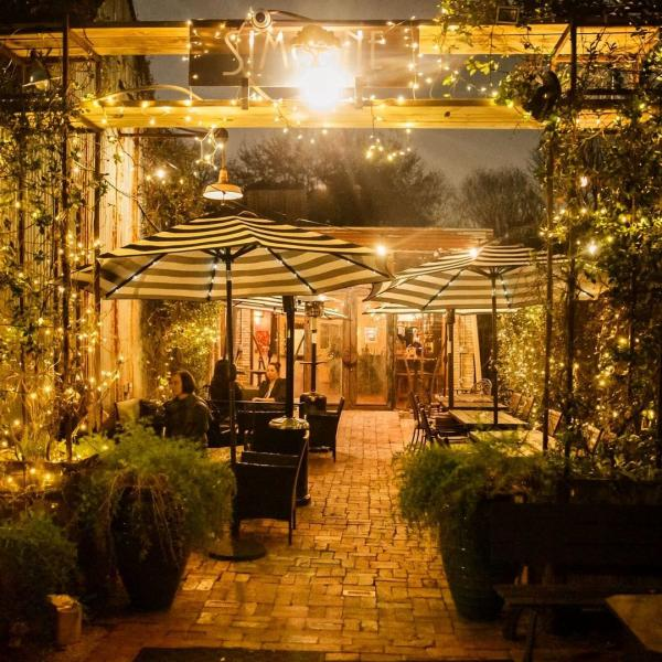 Outdoor Seating At Simone on Sunset In Houston, TX