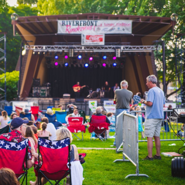 Live music, audience, park