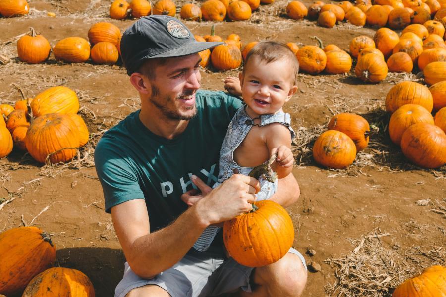 Dad-and-son-visiting-a-pumpkin-farm