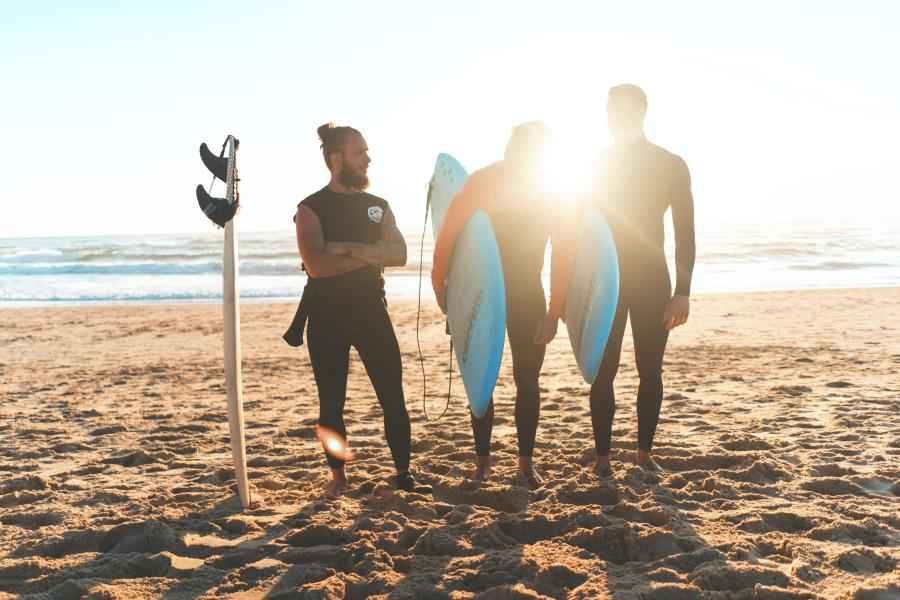 Group-of-guys-getting-ready-to-surf