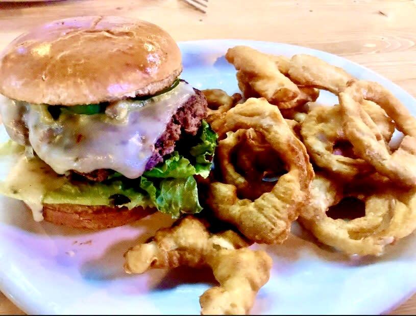 Howler's Restaurant & Sports Bar - Burger