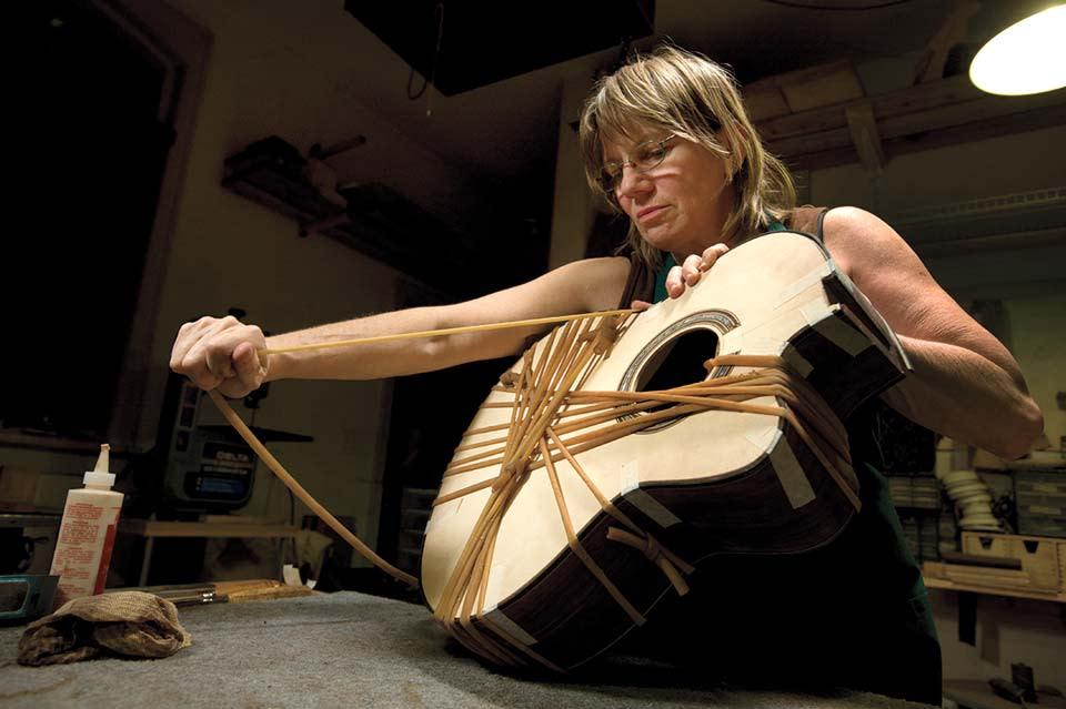 linda-manzer-of-manzer-guitars