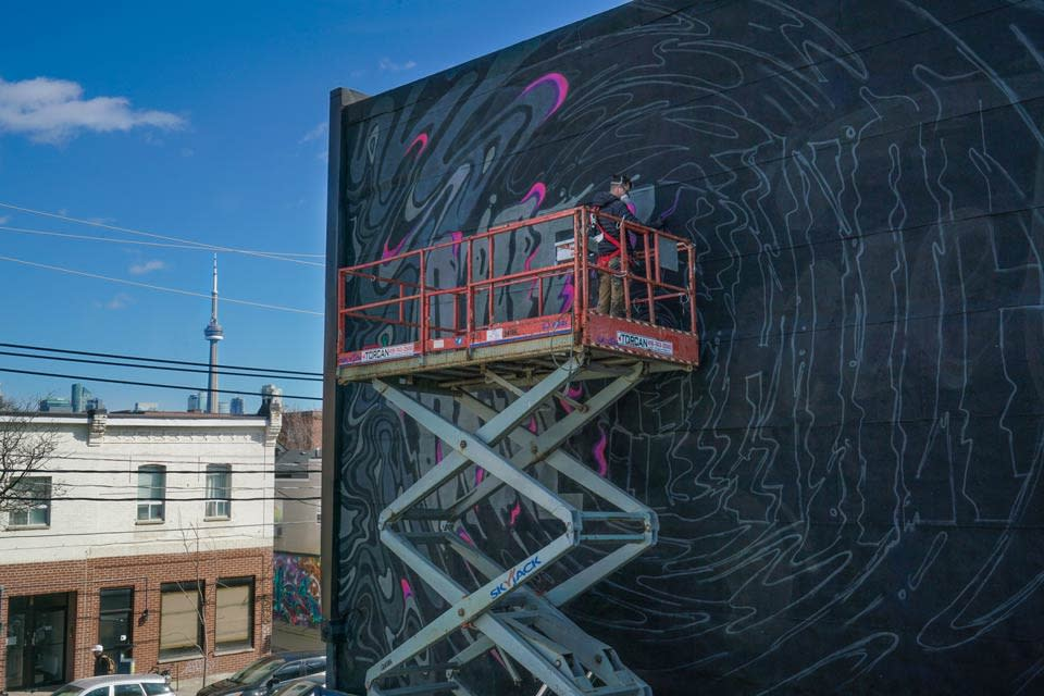 tourism-toronto-to-glows-street-art-being-painted-by-ben-johnston-photo-by-arienne-parzei