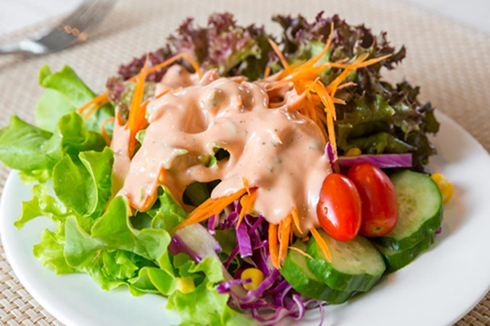 green salad with thousand island dressing
