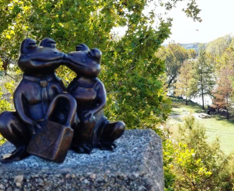 Toadally Kissing Statue In Bastrop, TX