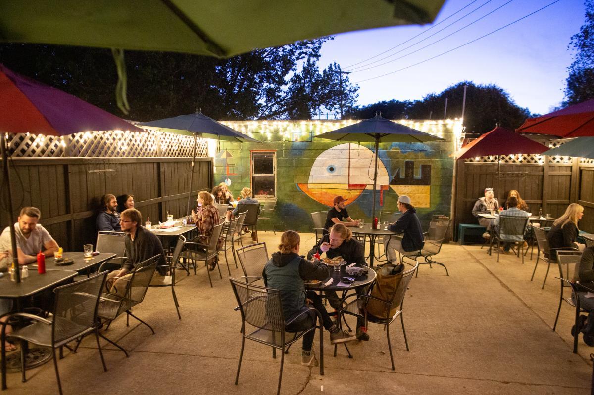 Mickeys Tavern patio