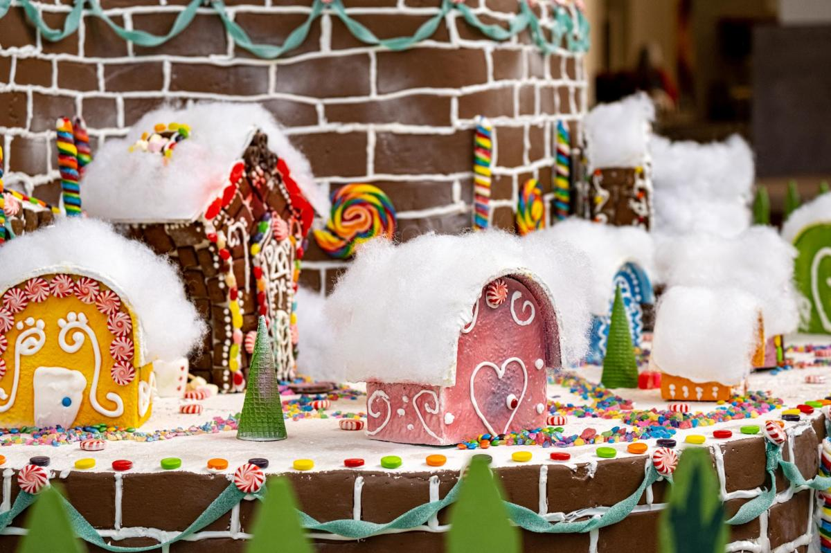 the Main Holiday gingerbread house
