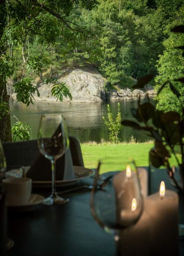 Afternoon tea på Vigeland Hovedgård med utsikt til Otra